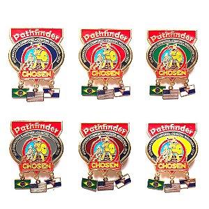 Set de Pin Chosen, três bandeirinhas com fundo nas cores das classes