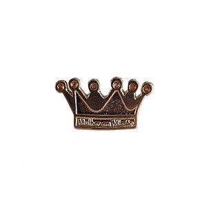 Pin, coroa, mulher em missão