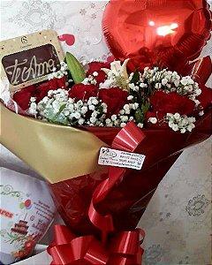 Buquê com uma duzia de rosas e barra de chocolates