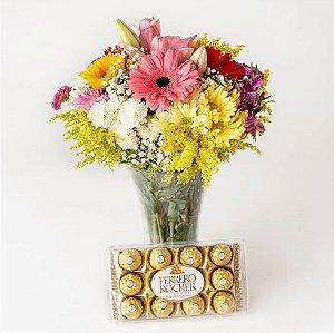 Arranjo de Flores com vaso em acrilico e chocolate Ferrero Rocher