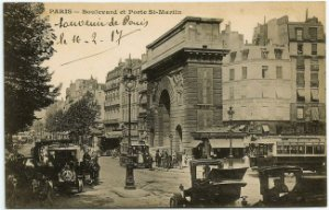 Cartão Postal Antigo Original - Paris, França - Boulevard e Porta de St Martin com Bondes, Carros - Circulado em 1917