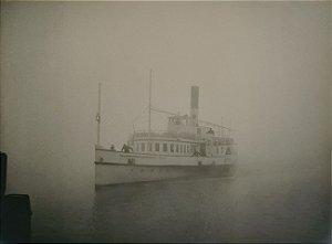 """JEAN LECOCQ - Fotógrafo Premiado - Fotografia Original Titulada """"Furando o Nevoeiro""""  Navio, Barco, Salão de Bruxelas - 40x30cm"""