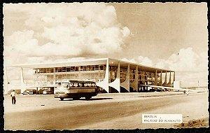 Brasília -  Onibus em Frente ao Palácio do Planalto - Cartão Postal Fotográfico Antigo Original