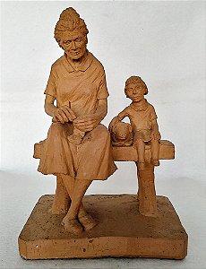 Escultura de Barro Assinada M. Guimarães - Mulher, Criança e Porquinho - Taubaté, SP