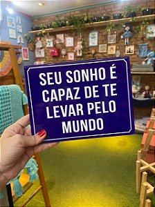 Azulejo ¨Seu Sonho é Capaz de te Levar pelo Mundo¨.