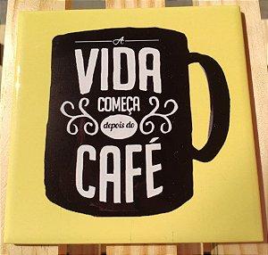 """Azulejo 15 x 15 """"A vida começa depois do café"""" fundo amarelo"""