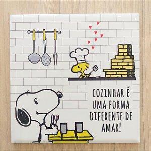"""Azulejo 15 x 15 - Snoopy """"Cozinhar é uma forma diferente de amar"""" amarelo"""