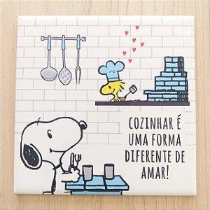 """Azulejo 15 x 15 - Snoopy """"Cozinhar é uma forma diferente de amar"""" azul"""
