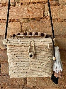 Bolsa de palha com detalhes em marrom