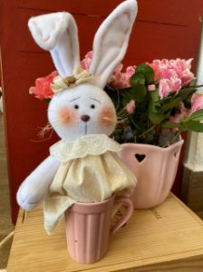 Coelha na caneca para decoração
