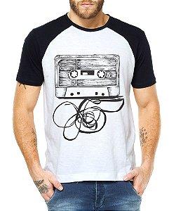 Camiseta Masculina Raglan Fita Cassete K7 Humor Legais - Personalizadas/ Customizadas/ - Personalizadas/ Customizadas/ Estampadas/ Camiseteria/ Estamparia/ Estampar/ Personalizar/ Customizar/ Criar/ Camisa Blusas Baratas Modelos Legais Loja Online