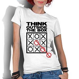 Camiseta Branca Feminina Pense Fora Da Caixa Nerd Geek Frase Inteligente Criativa - Personalizadas/ Customizadas/ Estampadas/ Camiseteria/ Estamparia/ Estampar/ Personalizar/ Customizar/ Criar/ Camisa Blusas Baratas Modelos Legais Loja Online