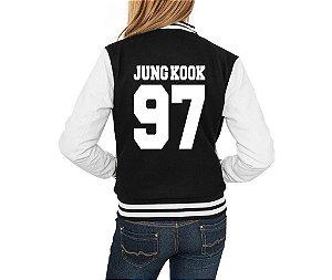 Jaqueta College Feminina Colegial Americana Bts Bangtan Boys Kpop Integrantes Jin Suga J-Hope Jimin Rap Monster V Jungkook Nova Logo BTS -  Jaquetas Colegial Americana Universitária de Frio Preto e Branco Personalizadas / Casacos/ Blusão Baratos