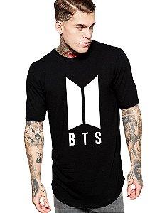 Camiseta Long Line Masculina Bts Bangtan Boys Kpop Integrantes Nova Logo BTS - Camisetas Personalizadas/ Customizadas/ Estampadas/ Camiseteria/ Estamparia/ Estampar/ Personalizar/ Customizar/ Criar/ Camisa Blusas Baratas Modelos Legais Loja Online