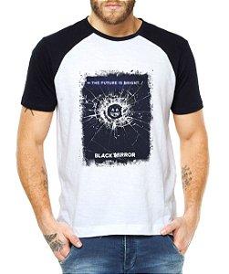 Camiseta Masculina Raglan Black Mirror Future - Personalizadas/ Customizadas/ Estampadas/ Camiseteria/ Estamparia/ Estampar/ Personalizar/ Customizar/ Criar/ Camisa Blusas Baratas Modelos Legais Loja Online