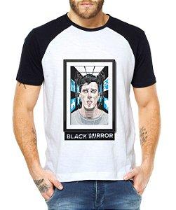 Camiseta Masculina Raglan Black Mirror Tecnologia - Personalizadas/ Customizadas/ Estampadas/ Camiseteria/ Estamparia/ Estampar/ Personalizar/ Customizar/ Criar/ Camisa Blusas Baratas Modelos Legais Loja Online