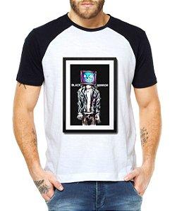 Camiseta Masculina Raglan Black Mirror Waldo - Personalizadas/ Customizadas/ Estampadas/ Camiseteria/ Estamparia/ Estampar/ Personalizar/ Customizar/ Criar/ Camisa Blusas Baratas Modelos Legais Loja Online