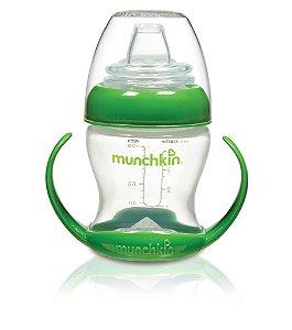 Copo de Transição com bico flexível, alças removíveis, capacidade 118 ml, cor verde, da Munchkin