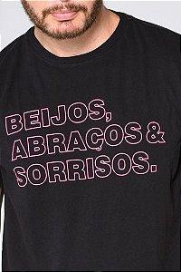 CAMISETA BEIJOS ABRAÇOS & SORRISOS PRETA MASCULINA