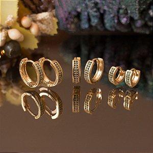 Trio de brincos de argola dourados com cravação em zircônias esmeralda