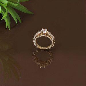 Anel solitário dourado com cristais transparentes