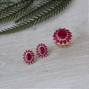 Brinco dourado com design floral no cristal rubi rosa