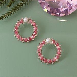 Brinco dourado com cristais rosa claro e rosa escuro com detalhe em pérola