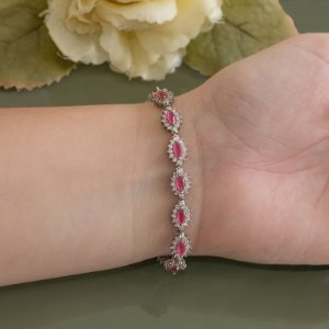 Pulseira ródio branco com cravação em zircônias e navetes rubi rosa