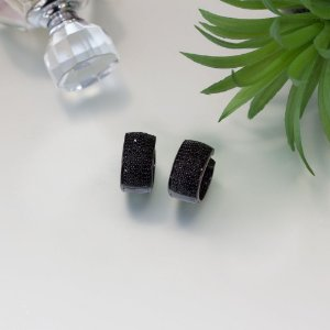 Brinco em ródio black com cravação em zircônias