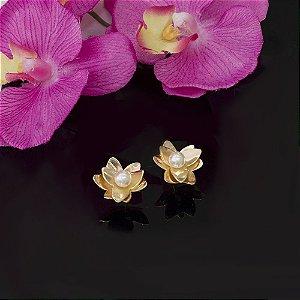 Brinco dourado floral com miolo de pérola