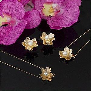 Pulseira dourada no formato floral com perola