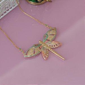 Colar dourado libélula com cravação em zircônias coloridas