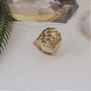 Anel dourado cravejado com cristais