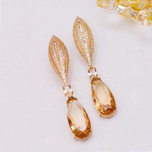Brinco dourado com cravação em zircônia e cristal citrino