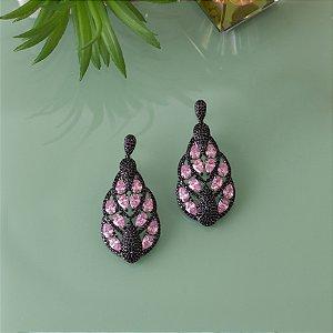 Brinco ródio black cravejado em micro zircônias e cristal rosa