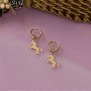 Brinco dourado com pingente de cavalo