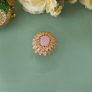 Anel dourado cravejado com zircônias e cristal quartzo rosa