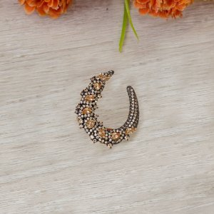 Anel dourado cravejado com zircônias e cristais morganita