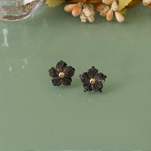 Brinco floral madrepérola negra