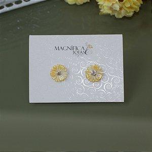 Brinco floral madrepérola amarelo