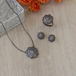 Conjunto ródio negro floral com navetes cristais e cravação em zircônias