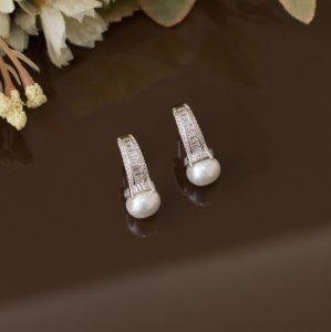 Brinco ródio branco com navetes cristais e pérola