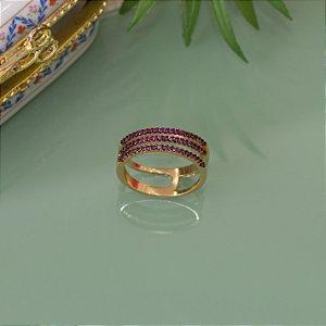 Anel dourado cravejado com zircônias negras e rosa