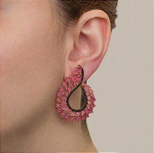 Brinco cravejado com zircônias negras e cristais quartzo rosa