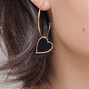 Brinco argola dourada com pingente de coração preto
