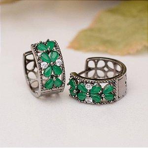 Brinco argola cravejada com cristal verde esmeralda e zircônia