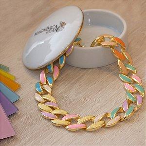 Colar choker dourado com elos esmaltados coloridos