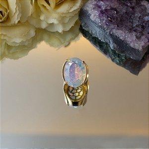 Anel dourado oval com pedra da lua