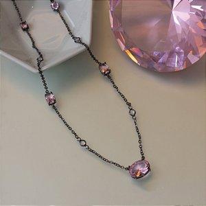 Colar em ródio negro com cristal quartzo rosa e ponto de luz