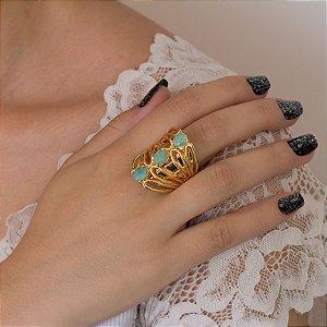 Anel dourado com detalhes vazados e amazonita verde